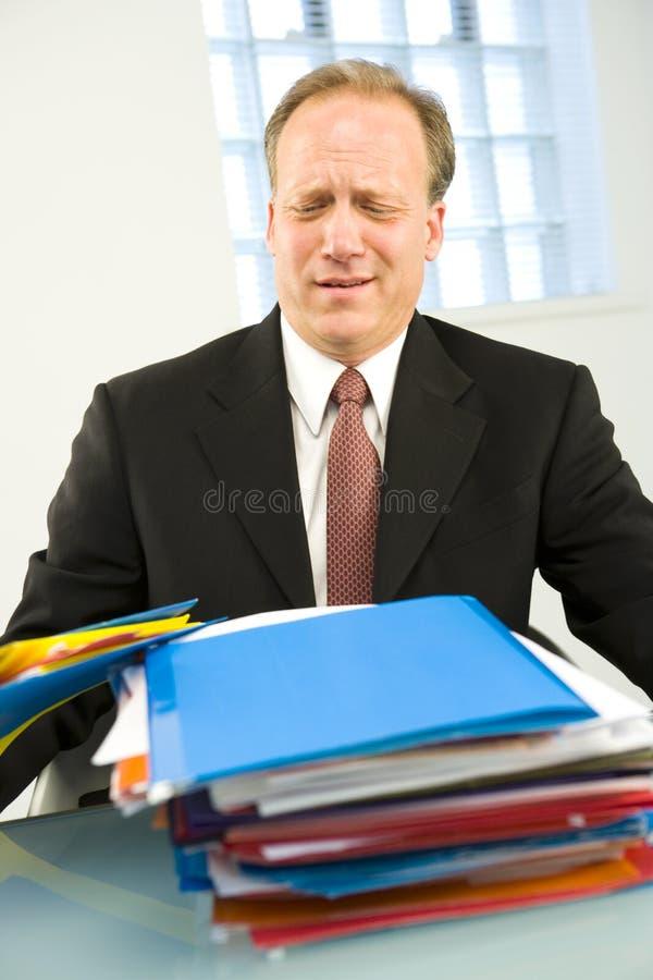 Mann mit Stapel Faltblättern stockfoto