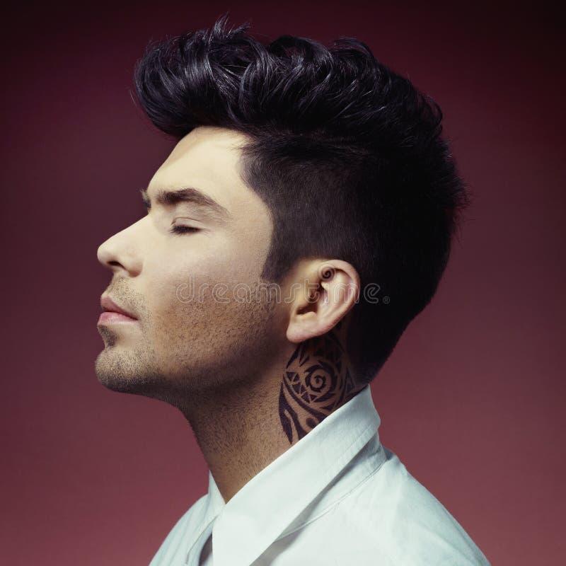 Mann mit stilvollem Haarschnitt lizenzfreies stockbild
