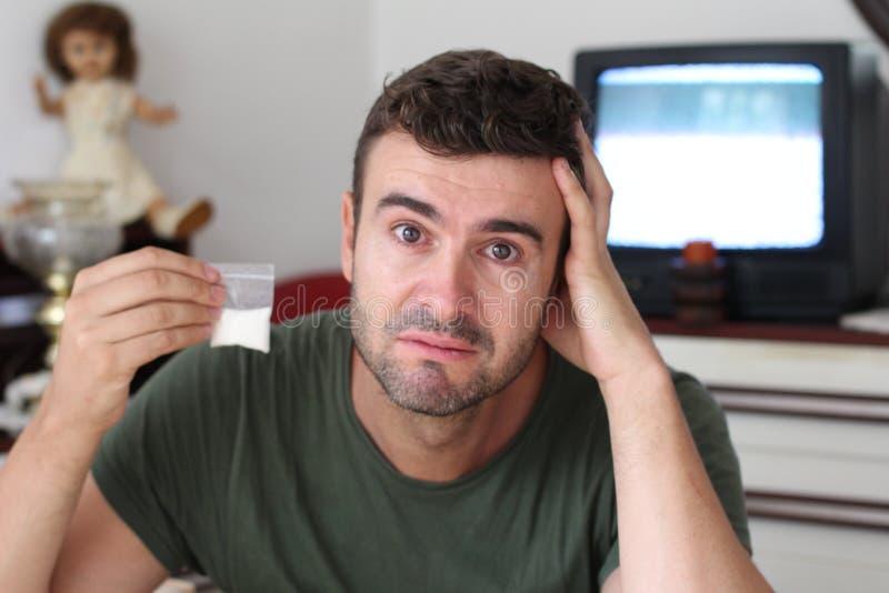 Mann mit Sucht mangels etwas Hilfe lizenzfreies stockbild