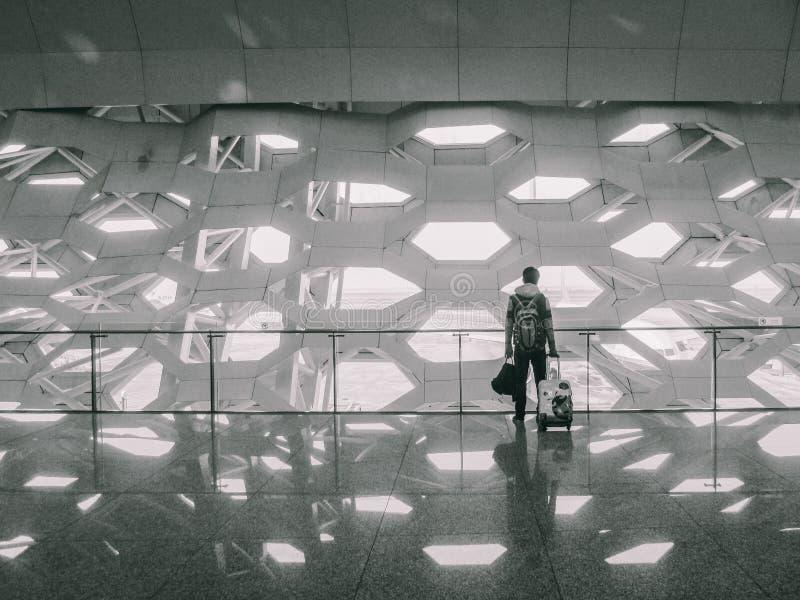 Mann mit Taschen am Flughafen lizenzfreies stockfoto