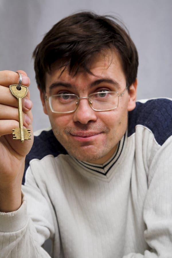Mann mit Taste lizenzfreie stockfotos