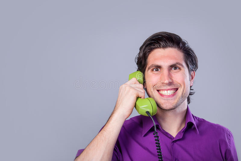 Mann mit Telefon stockfoto