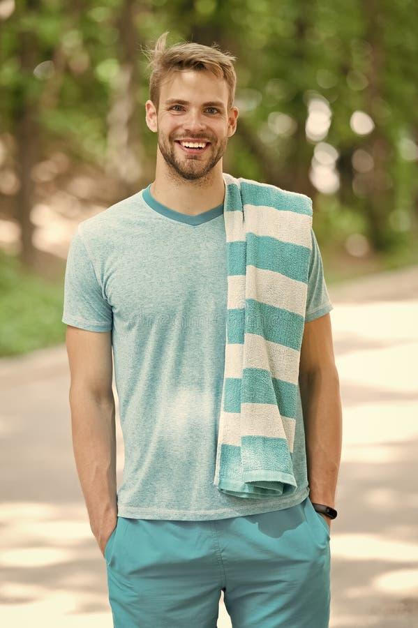 Mann mit Tuch auf Schulternaturhintergrund Sportler gleich nach Training Hygiene- und Karosseriensorgfalt Sport und Wellness stockbild