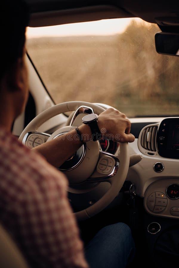 Mann mit Uhrautofahren lizenzfreies stockbild