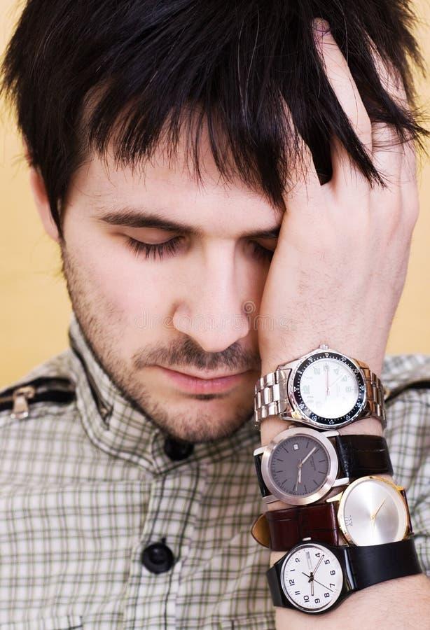 Mann mit Uhren stockbild