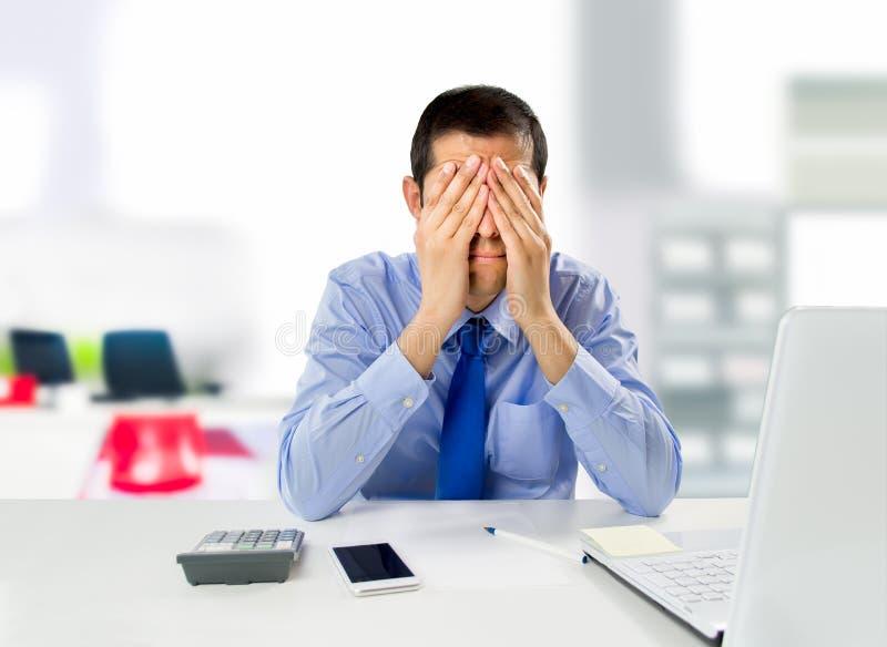 Mann mit Unternehmenszusammenbruch lizenzfreie stockfotografie