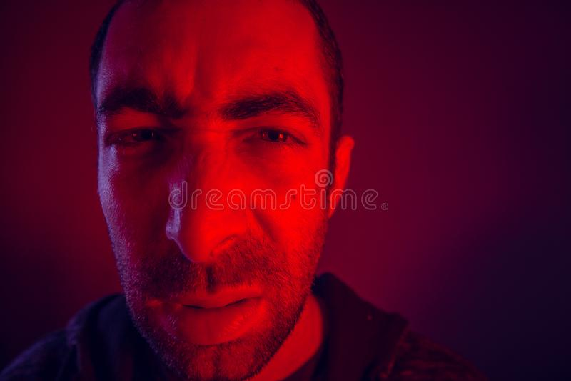 Mann mit verärgertem Gesichtsausdruck stockfotografie