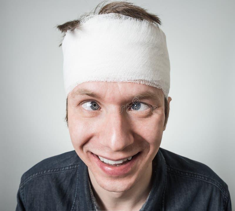 Mann mit Verband auf seinem Kopf stockfotos