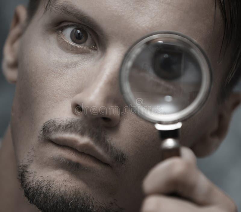 Mann mit Vergrößerungsglas stockfotos
