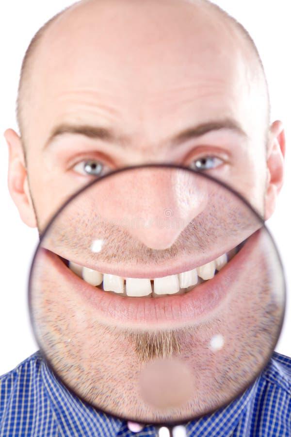 Mann mit Vergrößerungsglas lizenzfreie stockfotografie