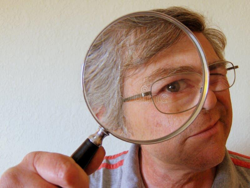 Mann mit Vergrößerungsglas lizenzfreies stockbild