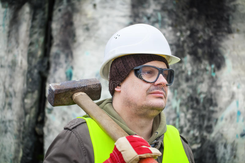Mann mit Vorschlaghammer stockfoto
