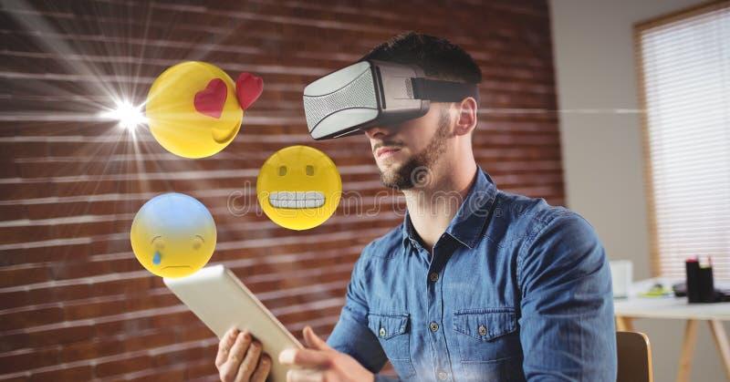 Mann mit VR-Gläsern und digitaler Tablette unter Verwendung der emojis lizenzfreie abbildung