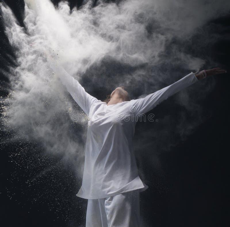 Mann mit weißem Hemd und Hosen in der Staubwolke stockbilder