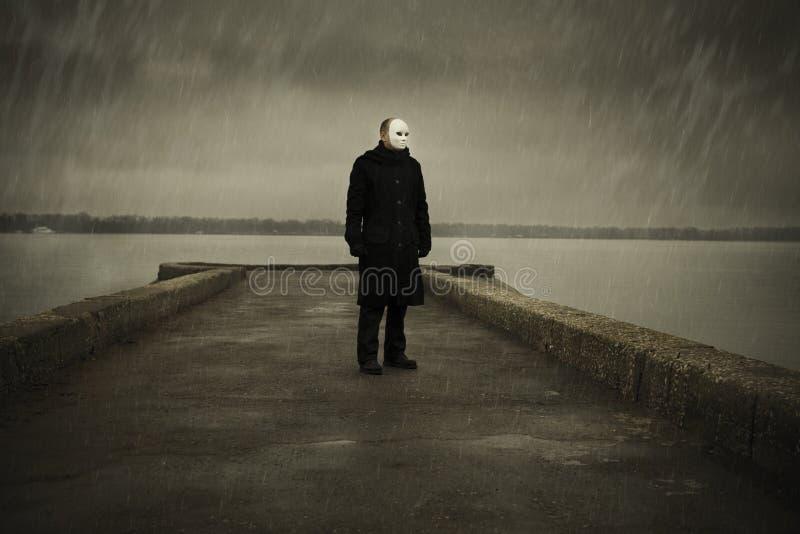 Mann mit weißer Maske stockfotografie