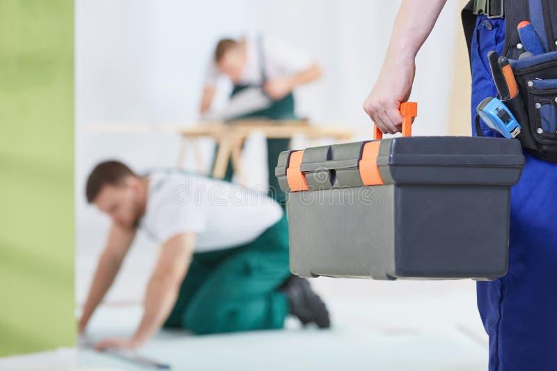 Mann mit Werkzeugkasten lizenzfreies stockfoto