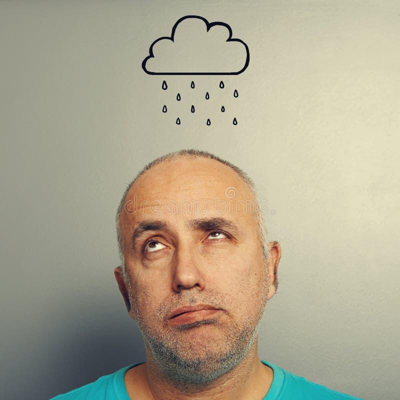 Mann mit Zeichnungssturmwolke lizenzfreie stockbilder