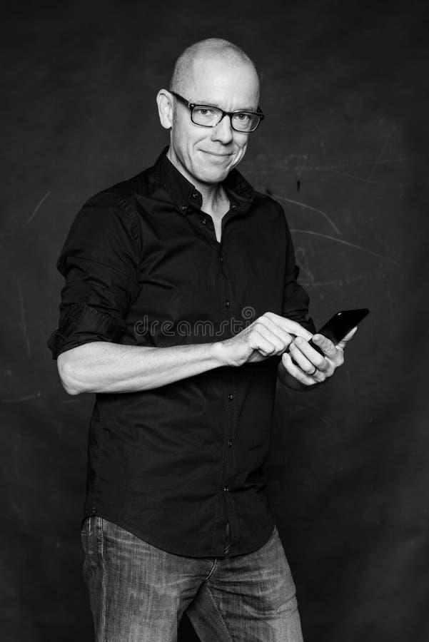 Mann mit Zelle stockfoto