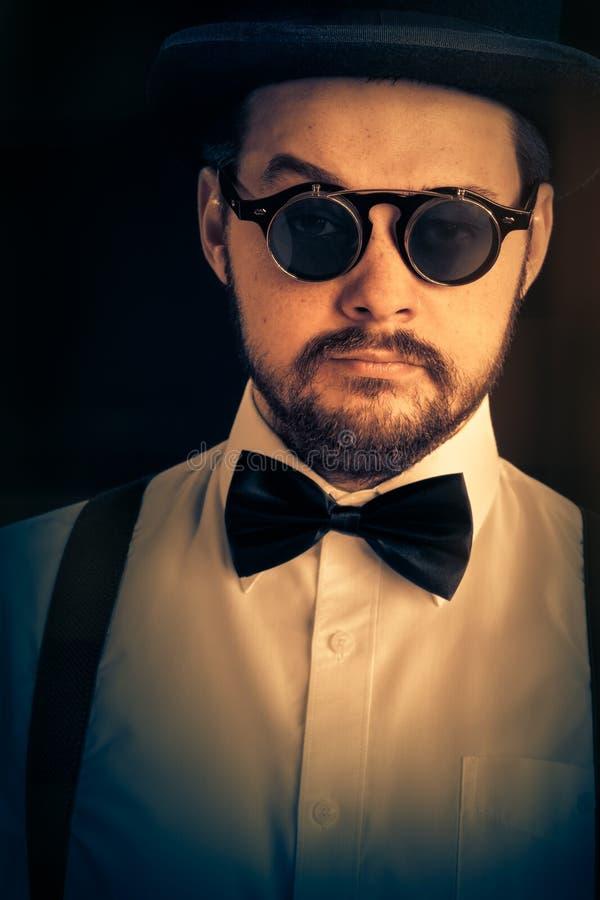 Mann mit Zylinder und Steampunk-Glas-Retro- Porträt lizenzfreie stockfotos