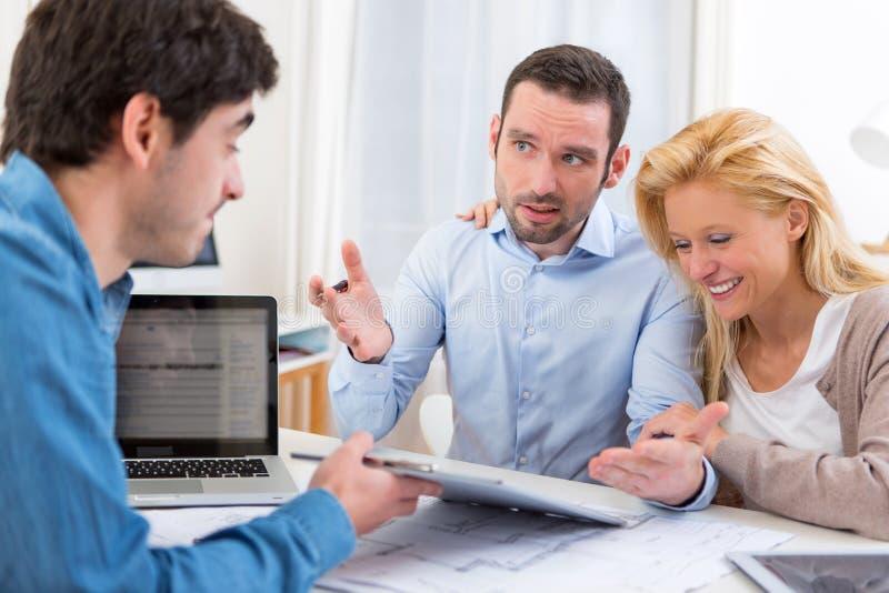Mann nicht heißen mit Immobilienvorschlag gut stockfoto