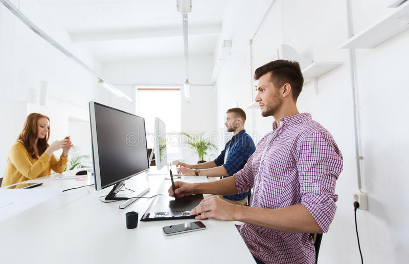 Mann oder Designer mit Computer und Tablette im Büro lizenzfreie stockfotos
