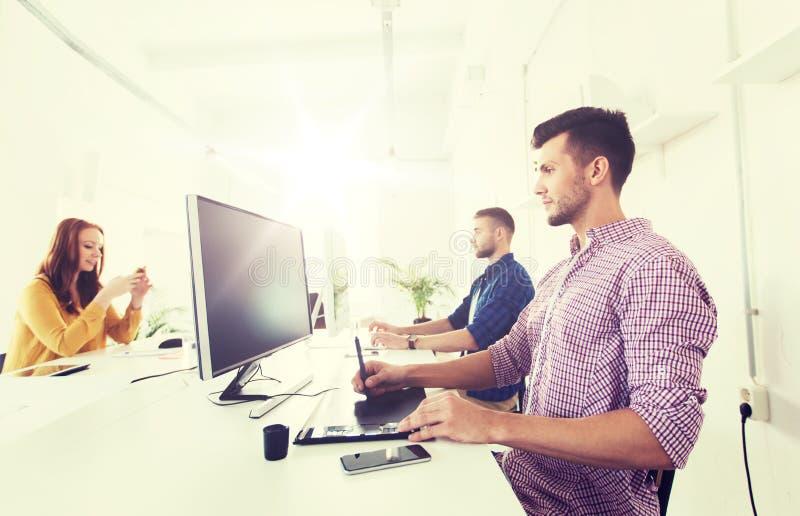 Mann oder Designer mit Computer und Tablette im Büro stockfotos