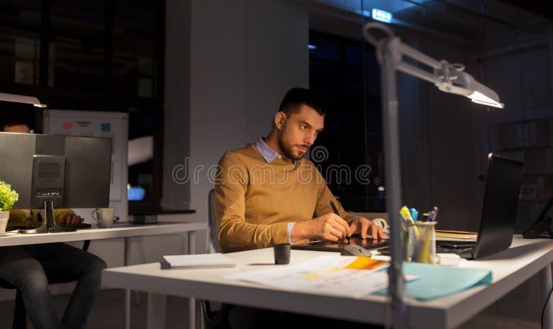 Mann oder Designer mit Computer und Tablette im B?ro stockbilder