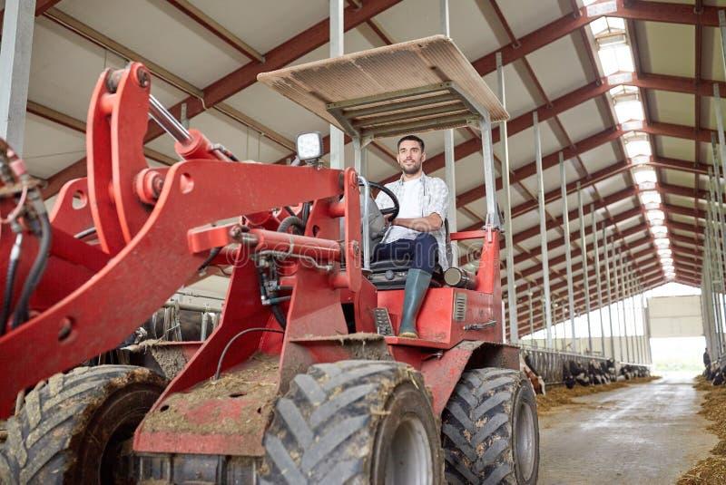 Mann oder Landwirt, die Traktor am Bauernhof fahren stockbild