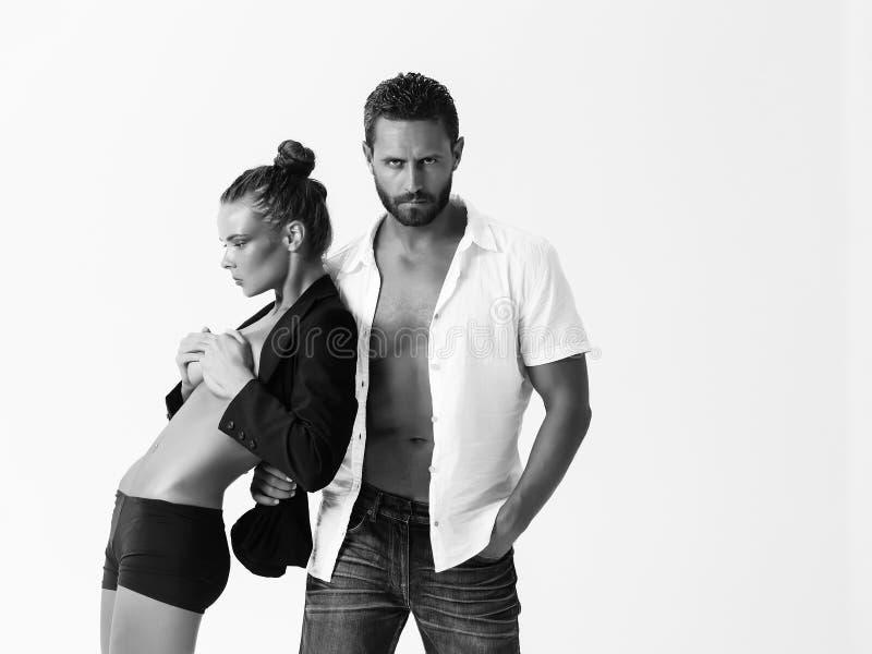 Mann oder Macho mit sexy Mädchen mit dem bloßen Torso lizenzfreie stockfotografie
