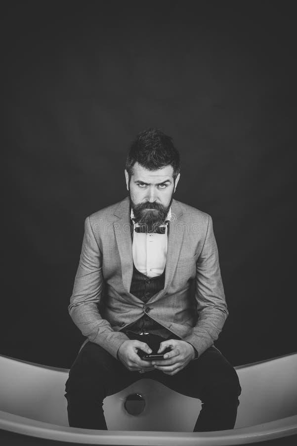 Mann oder Verkäufer mit Telefon auf dunklem Hintergrund lizenzfreie stockbilder