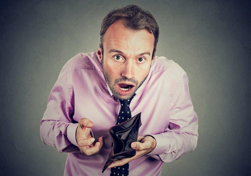 Mann ohne Geld Geschäftsmann, der das Zeigen der leeren Geldbörse hält stockfotos
