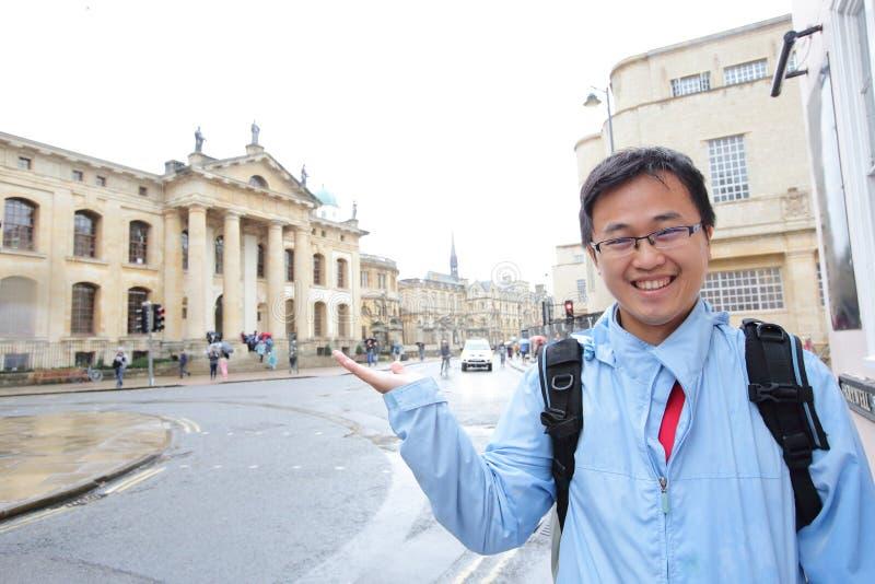 Mann in Oxford-Gebäude stockfoto