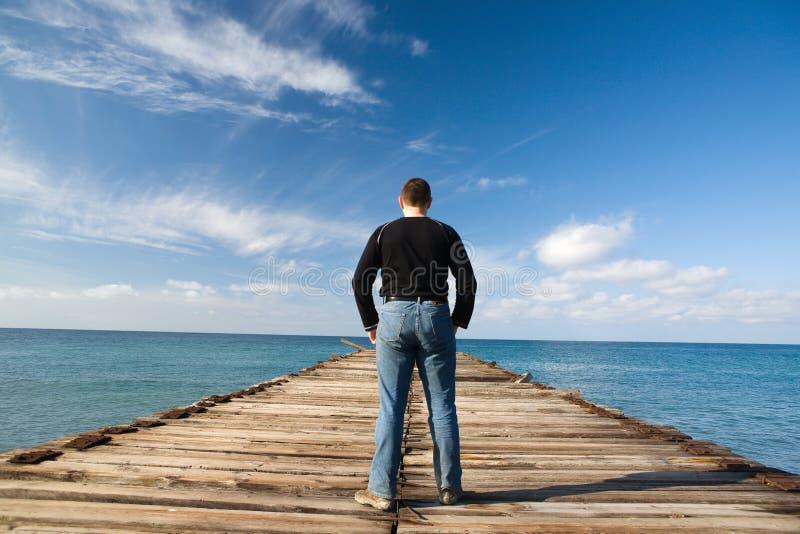 Mann am Pier lizenzfreies stockbild