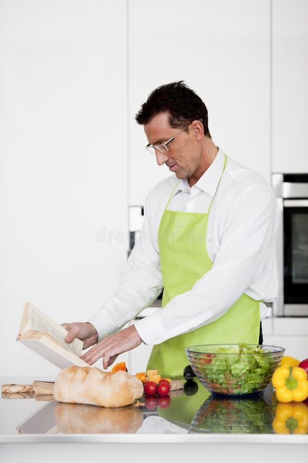 Mann Praparing Nahrung stockfoto