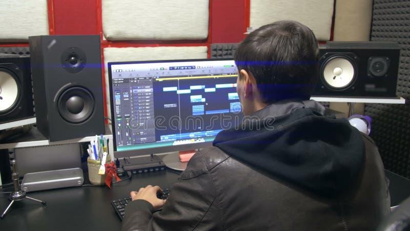 Mann Produziert Elektronische Musik Im Projekt In Einem ...