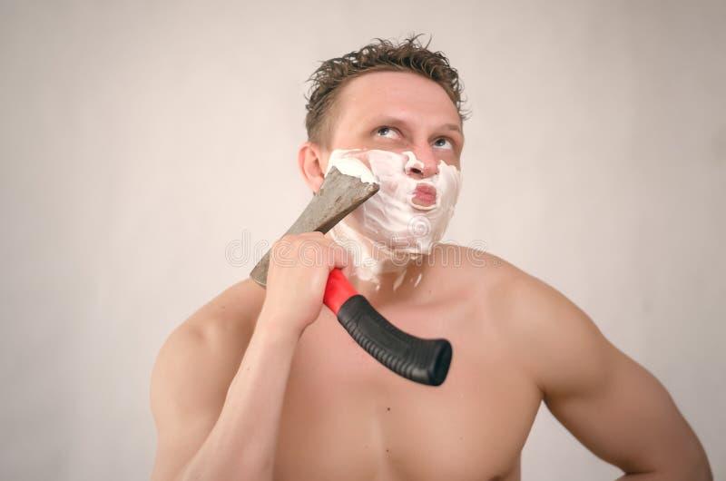 Mann rasiert sich durch Axt stockbilder