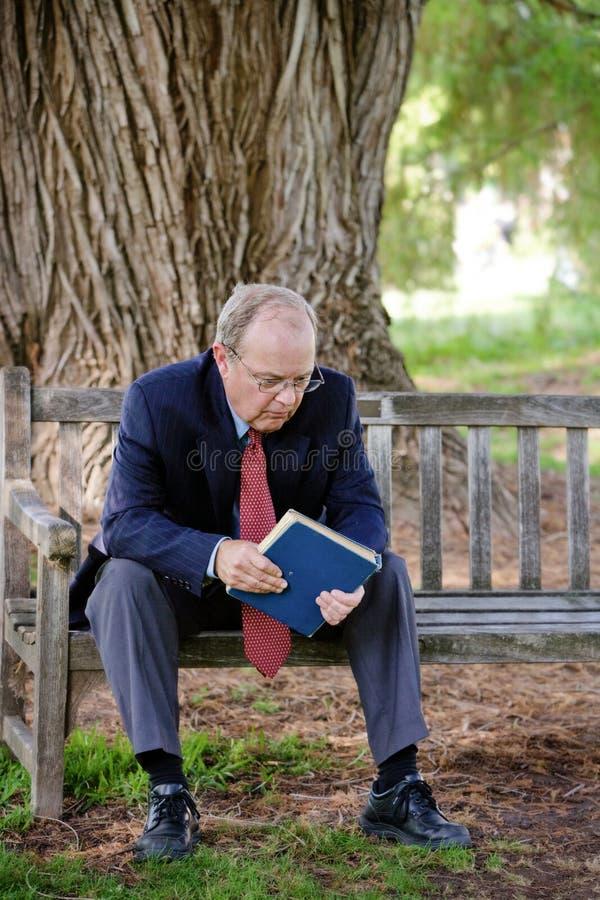 Mann reflektiert sich lizenzfreie stockfotografie
