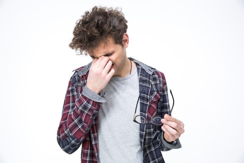 Mann reibt seine Augen und Haltengläser lizenzfreies stockfoto