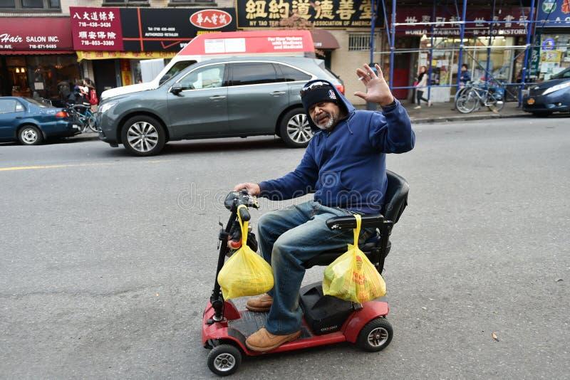 Mann reitet ein Mobilitäts-Fahrzeug lizenzfreie stockfotos