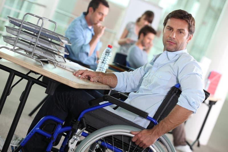 Mann in rolstoel royalty-vrije stock afbeelding