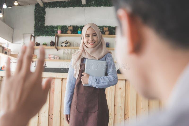Mann ruft den Kellner im Café an lizenzfreies stockfoto