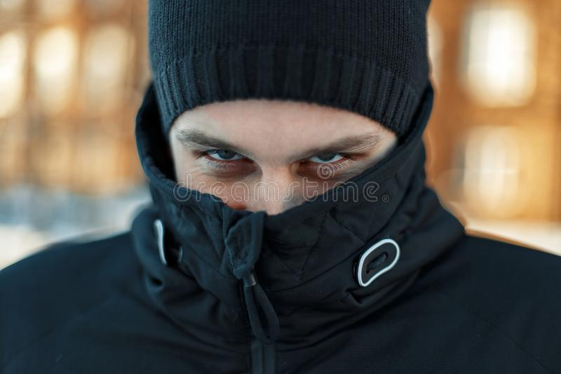 Mann ` s Gesicht wird in der Jacke versteckt Männliche Augen lizenzfreie stockbilder