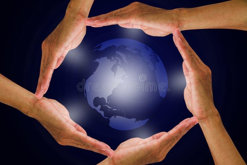 Mann ` s Hände, die rund um den Globus halten stockfotografie
