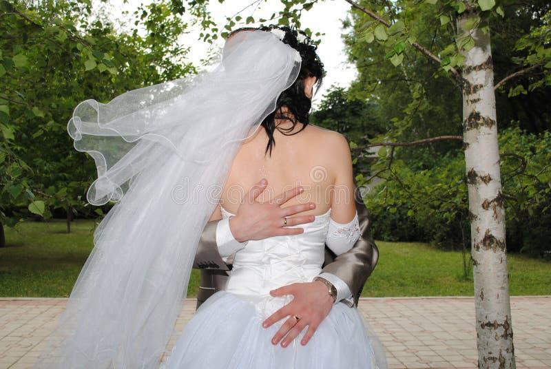 Mann `s Hände Ein Mann umarmt eine Braut lizenzfreies stockbild