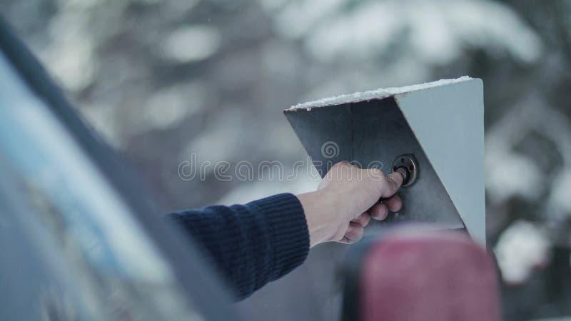 Mann ` s Hand setzt den Chip zur elektronischen Sperre auf Sicherheit c stockbilder