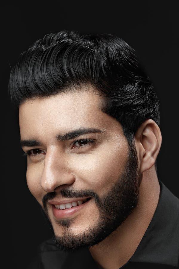 Mann-Schönheit und Mode Schöner Mann mit Frisur und Bart lizenzfreie stockfotografie