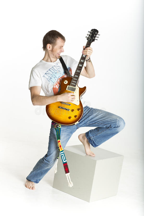 Mann schaukelt auf E-Gitarre stockbild