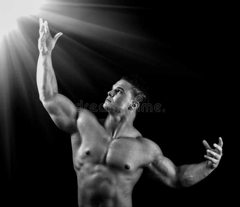 Mann schaut zu einem hellen Lite. stockfotografie