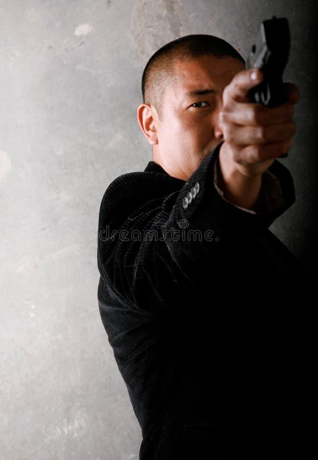 Mann-Schießen-Gewehr stockfoto