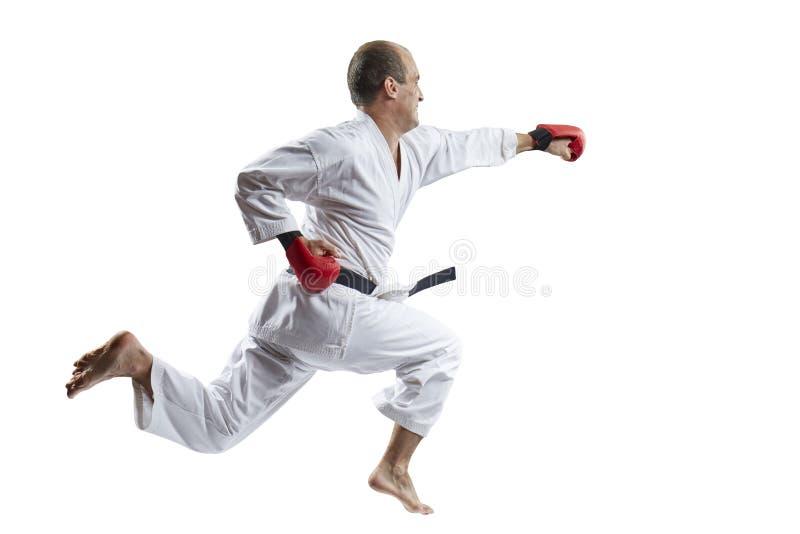 Mann schlägt mit einer Hand in einem Sprung gegen einen weißen Hintergrund lizenzfreie stockbilder